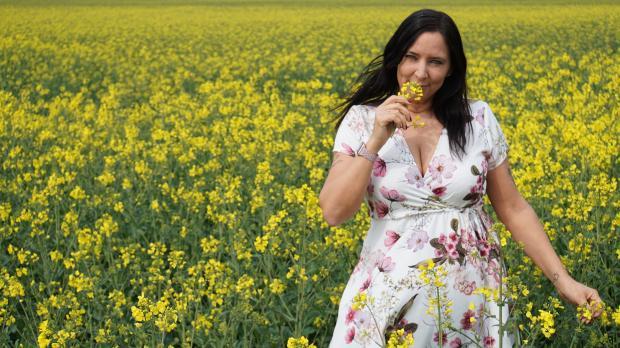 женщина в поле цветов