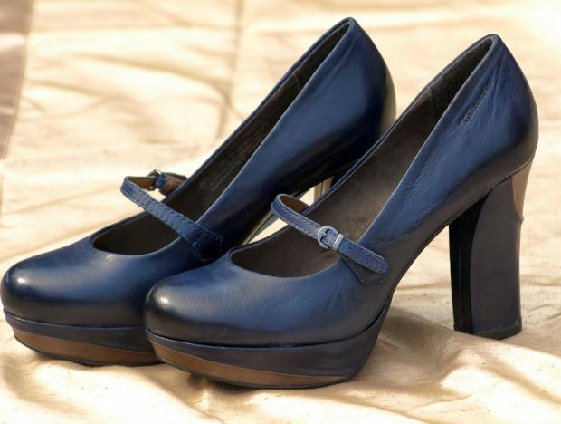 синие туфли с ремешком на толстом каблуке