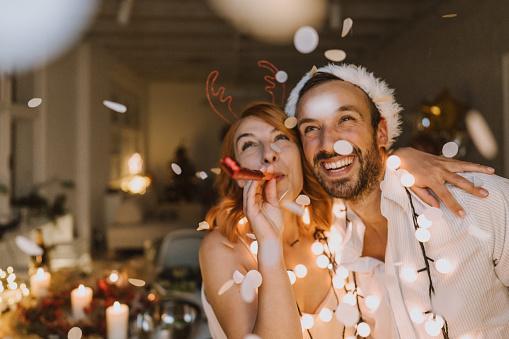мужчина и девушка встречают Новый год