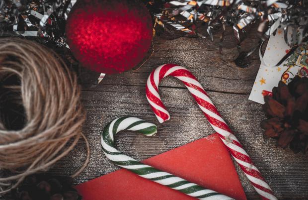 новогодние игрушки и сладости лежат на столе