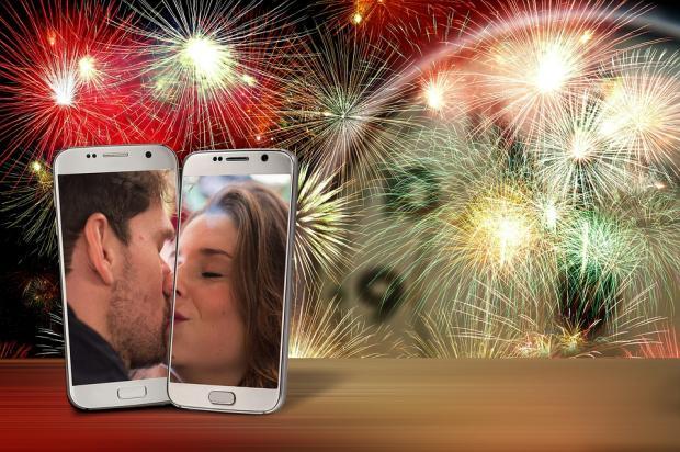 изображения целующихся лиц на смартфоне в новый год