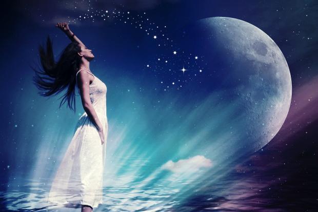 девушка в белом платье подняла руку по направлению к Луне