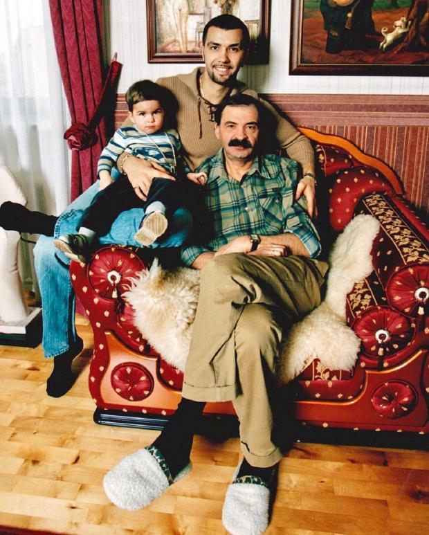 Илья Олейников с семьей