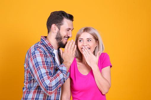 мужчина с девушкой сплетничают