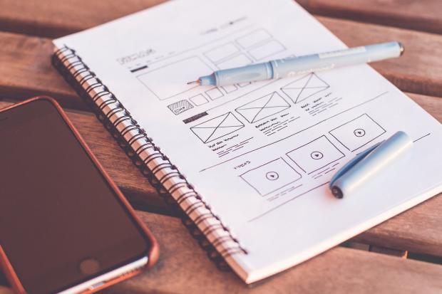 открытый блокнот с планом, ручка, карандаш, телефон