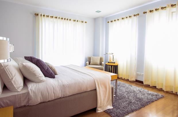 уютная спальня с красивыми белыми шторами