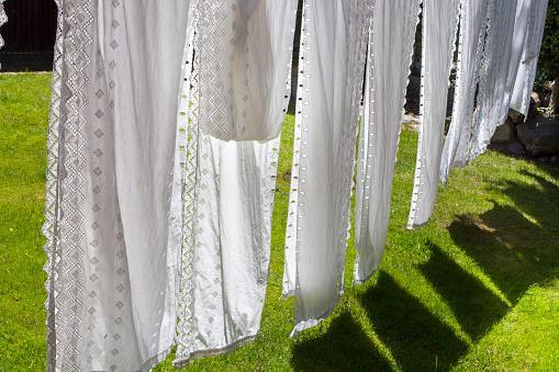 белые шторы сохнут на солнце