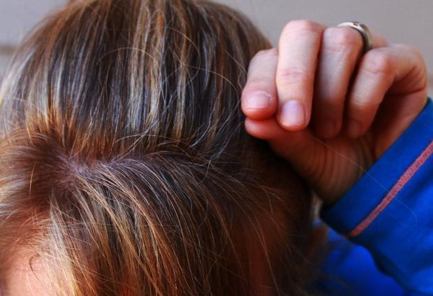 девушка ищет седые волосы