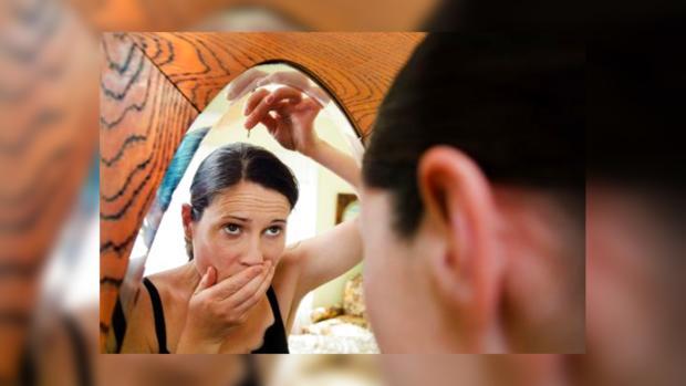 девушка перед зеркалом обнаружила седые волосы