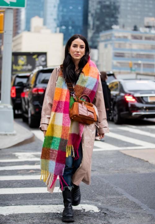 способ ношения шарфа - нарочито небрежный