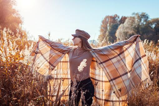 девушка осенью с шарфом пончо
