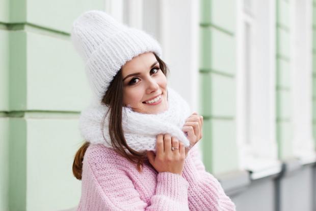 улыбающаяся девушка с белой шапке и шарфике