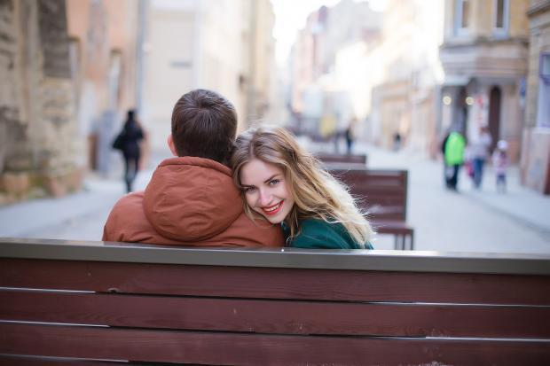 парень и девушка сидят на лавке обнявшись