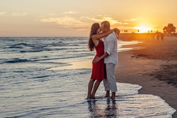 девушка и парень на берегу моря