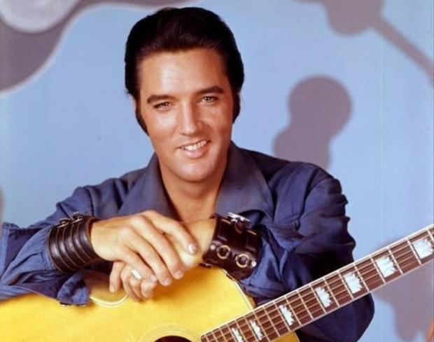 Элвис Пресли с гитарой
