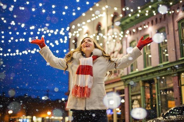 девушка радуется рождеству на улице
