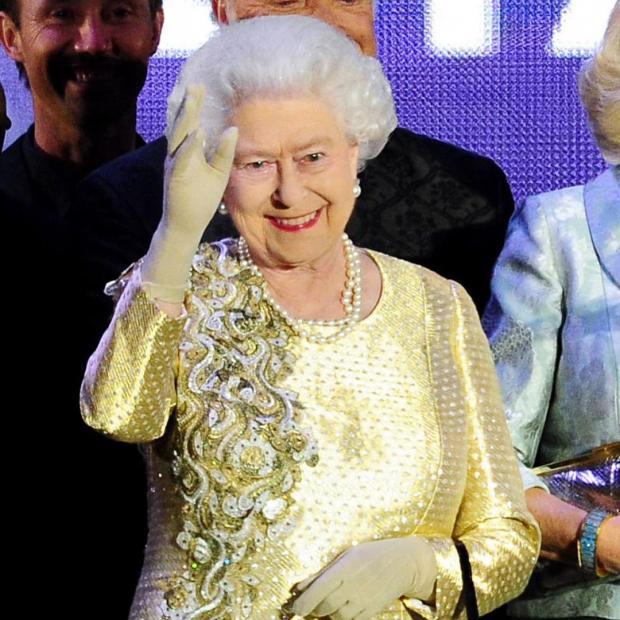 Королева Великобритании Елизавета II в золотистом наряде