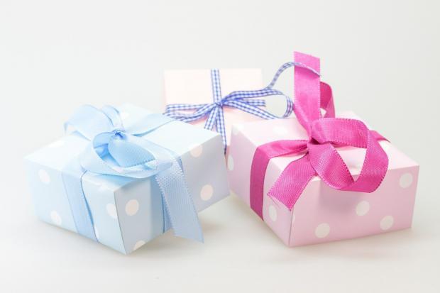 коробки с подарками разных цветов
