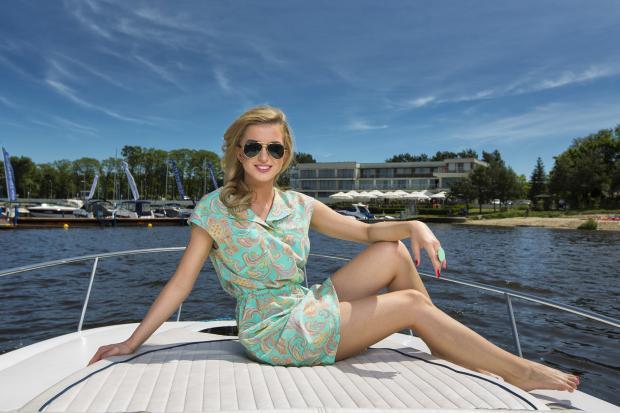 девушка сидит на носу яхты
