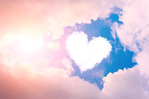 облако в форме сердца на голубом небе