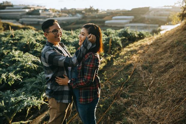 юноша с девушкой стоят на природе в горах