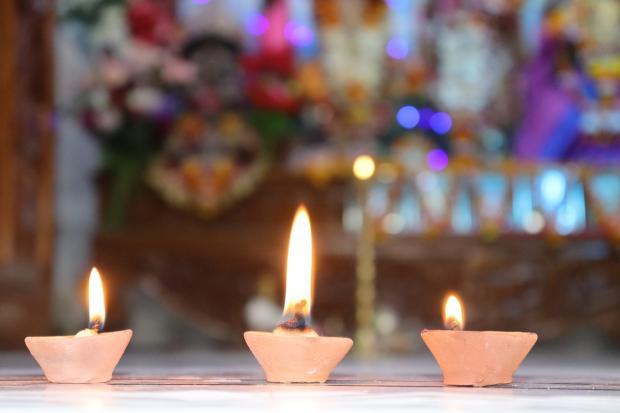 три свечи горят