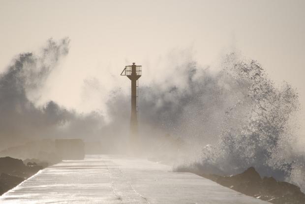 маяк и волны