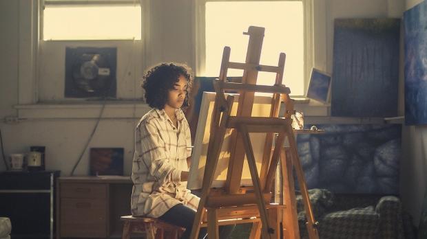 девушка художница рисует