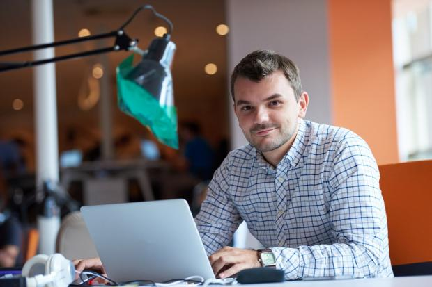 молодой человек сидит за компьютером