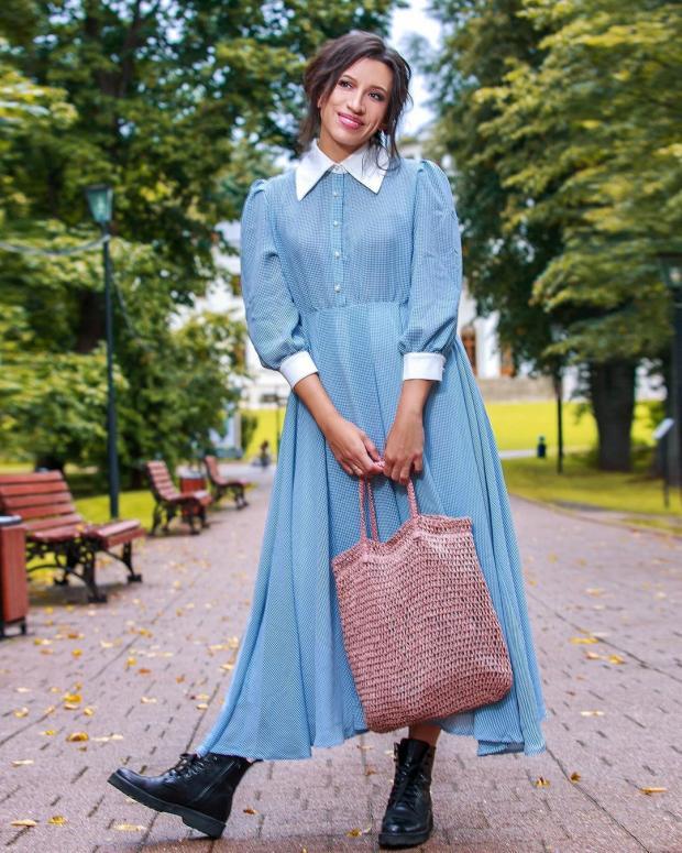 Елена Борщева в голубом платье