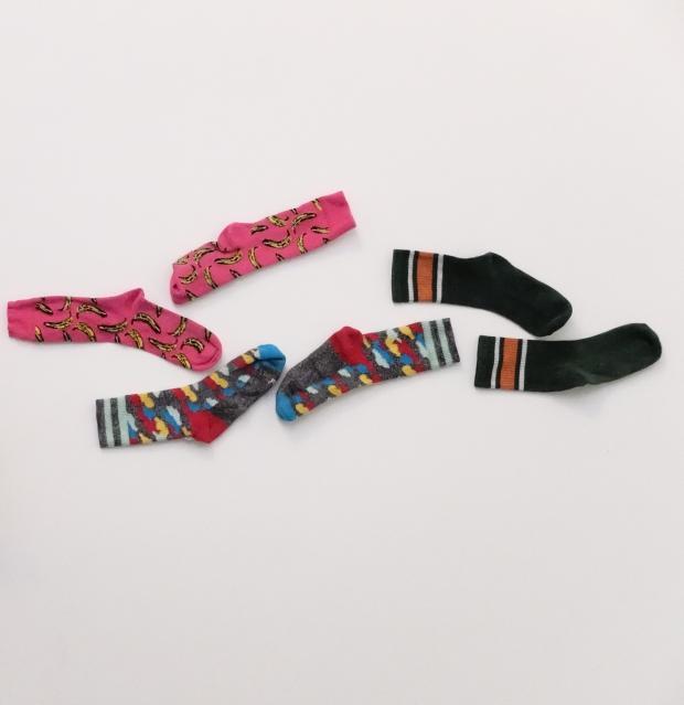 Цветные носки на полу