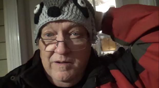 Житель Канады, который кормит енотов