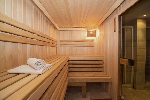 помещение сауны с белым полотенцем