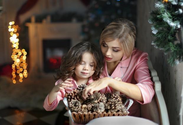мама с дочкой в Сочельник накануне Рождества