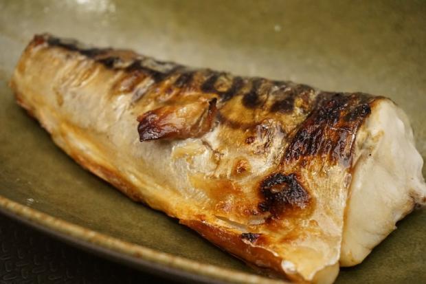 кусок запеченной рыбы макрели