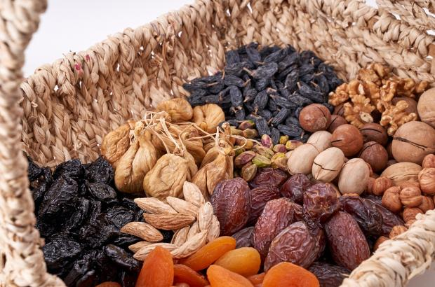 плетеная корзина с орехами и сухофруктами