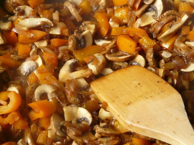 жареные с паприкой грибы в сковороде