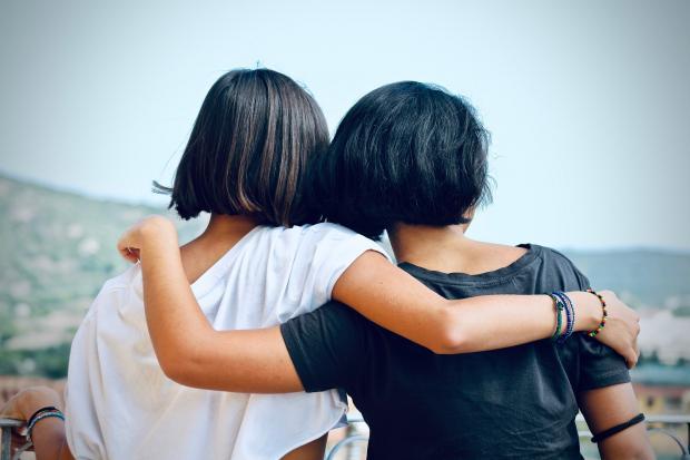 две девушки стоят обнявшись