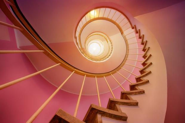спиральная лестница, уходящая вверх