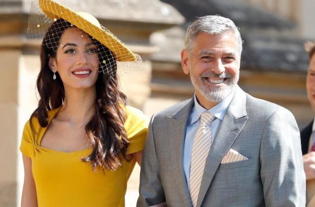 Джордж улыбается в компании жены Амаль