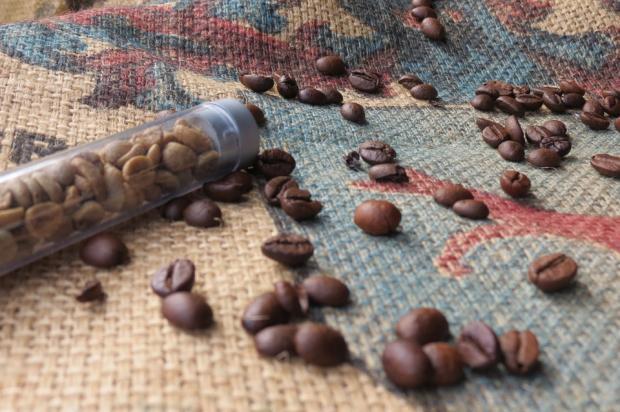 рассыпанные по скатерти зерна кофе