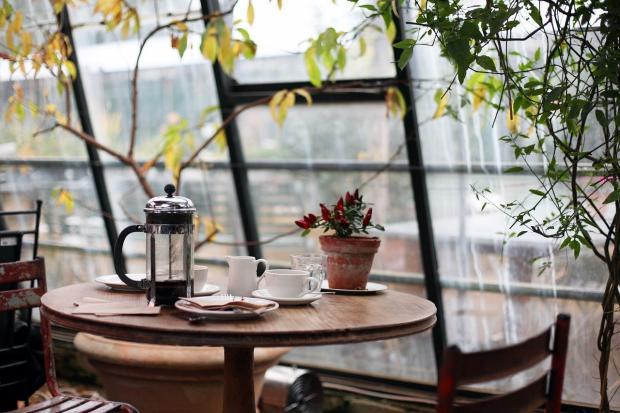 накрытый столик в кофейне