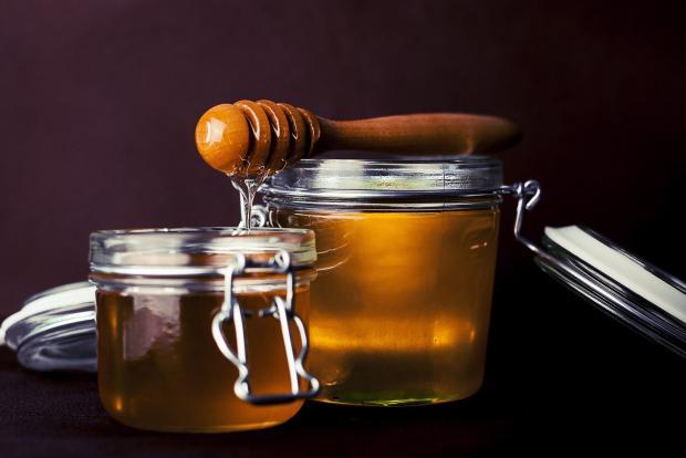 две баночки с медом, специальная ложка для меда
