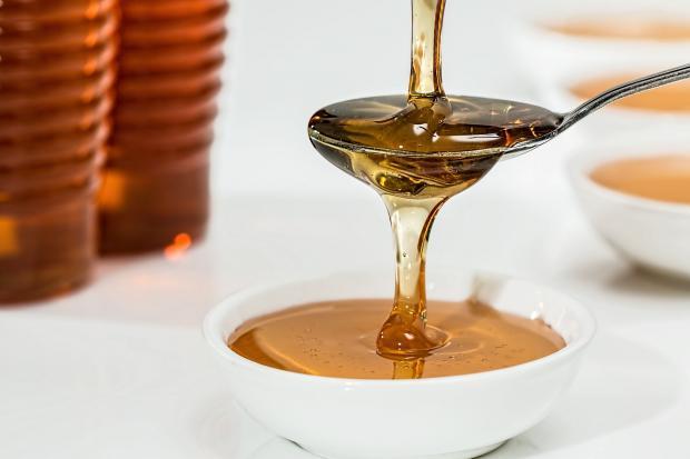 мед, стекающий с ложки в пиалочку