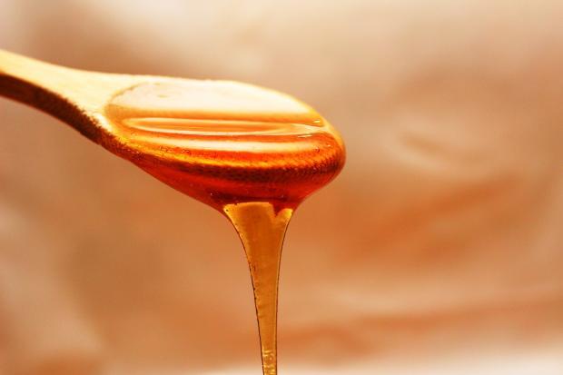 мед, стекающий с деревянной ложки