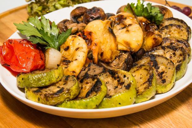 запеченные овощи на тарелке