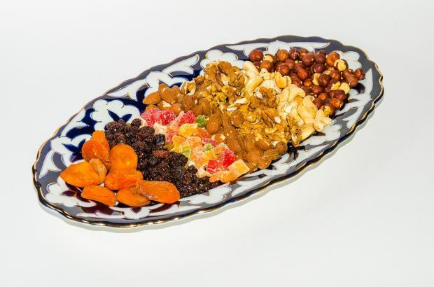 сухофрукты на блюде