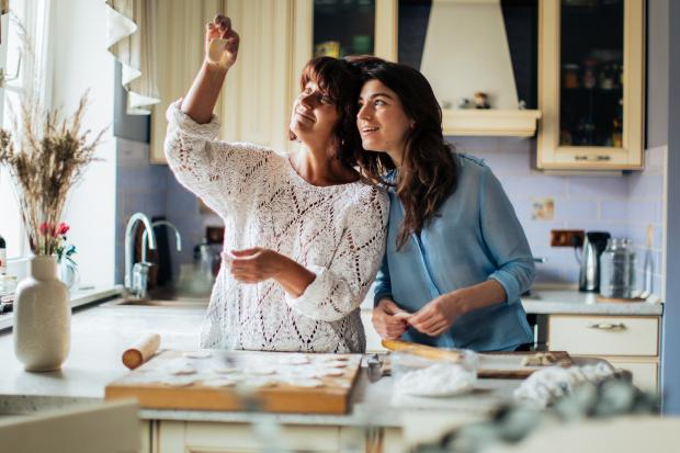 Две женщины готовят еду на кухне