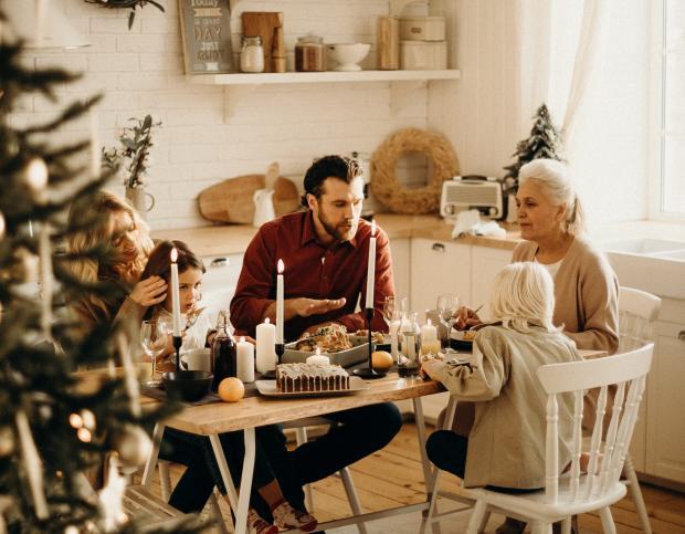 Семья сидит за праздничным столом