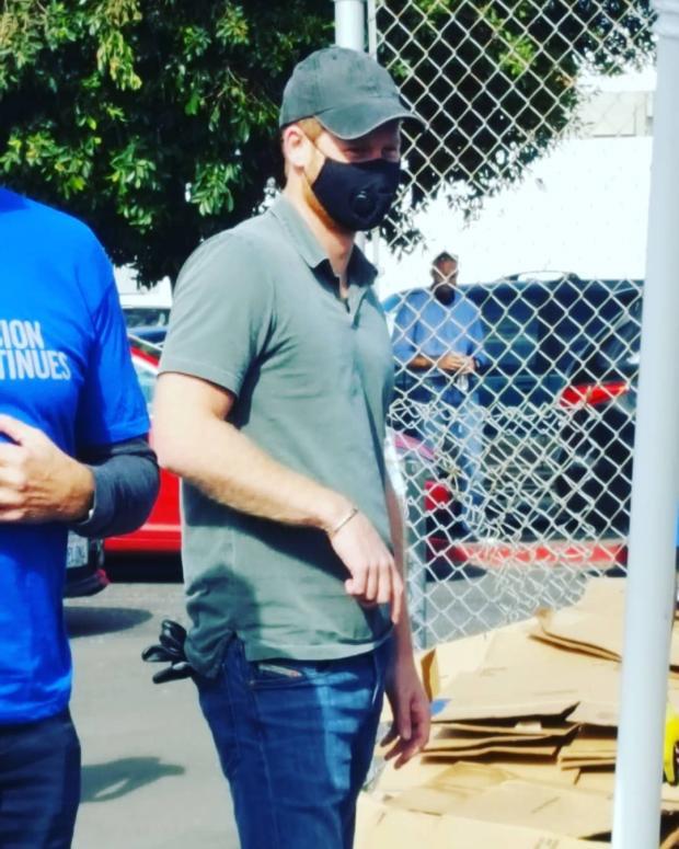 Принц Гарри в джинсах и футболке вызвался волонтером